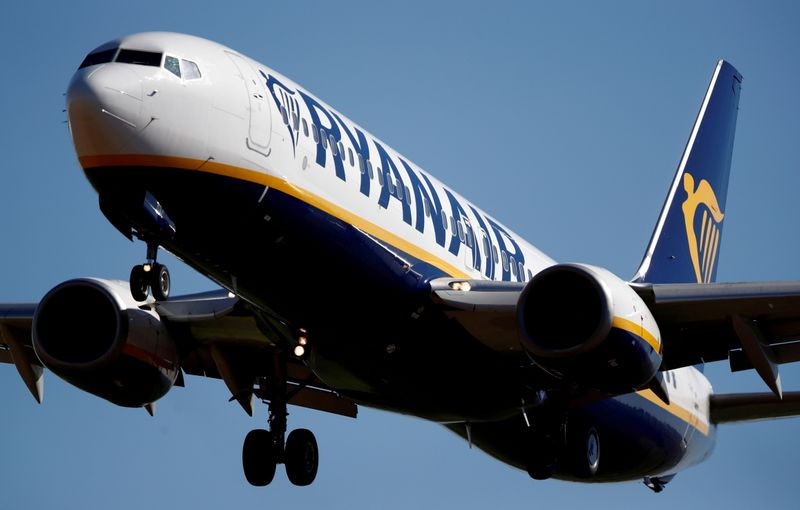 FILE PHOTO: FILE PHOTO: A Ryanair Boeing 737 aircraft approaches Paris-Beauvais airport in Tille